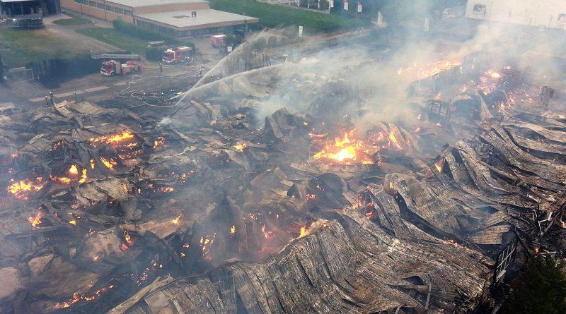 Новости: Пожарные два дня не могли погасить огонь в Ландау (фото, видео)