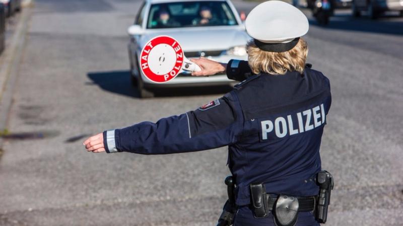 Общество: Водителя оштрафовали за мобильное приложение