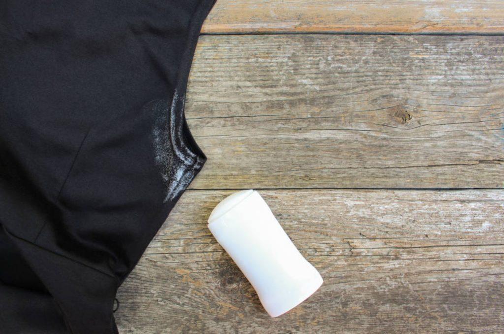 Домашние хитрости: 6 простых способов, как избавиться от пятен дезодоранта на одежде