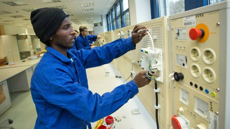 Общество: Насколько высоки шансы беженцев трудоустроиться в Германии?
