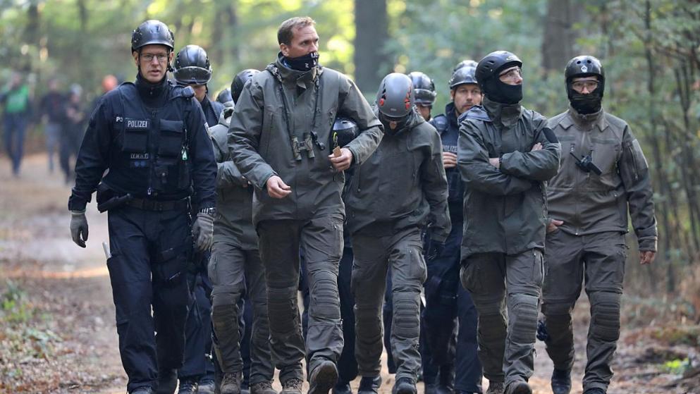 Происшествия: Спасая лес, активисты забросали полицейских фекалиями рис 4