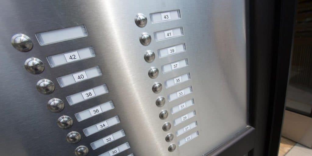 Закон и право: Обязаны ли арендаторы устанавливать табличку с именем у звонка или на почтовом ящике?