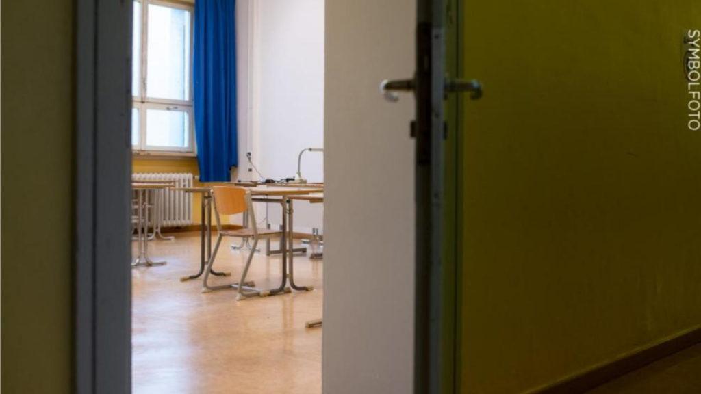Общество: Школе пришлось отменить только возобновленные уроки из-за подозрения на коронавирус