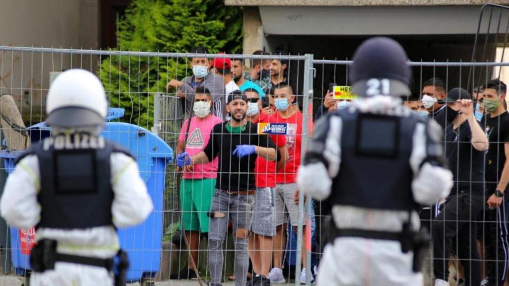 Происшествия: Массовые беспорядки в Геттингене: жильцы не хотят соблюдать карантин и нападают на полицейских